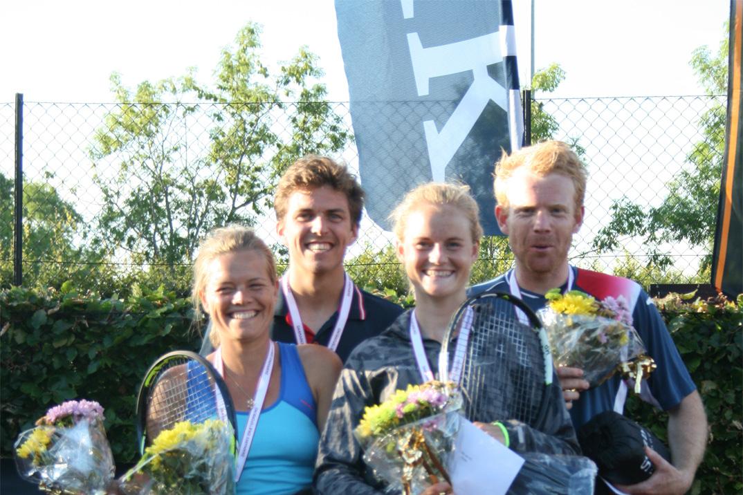 To mester-par fra KB; forrest damedoublen Karina Ildor Jacobsgaard og Mai Grage og bagerst herredoublen Thomas Kromann og Martin Pedersen.