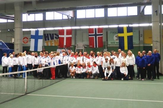 Deltagerne ved Nordiske Veteranmesterskaber i tennis i Helsinki, Finland 2015 - Foto: Dansketennisveteraner.dk