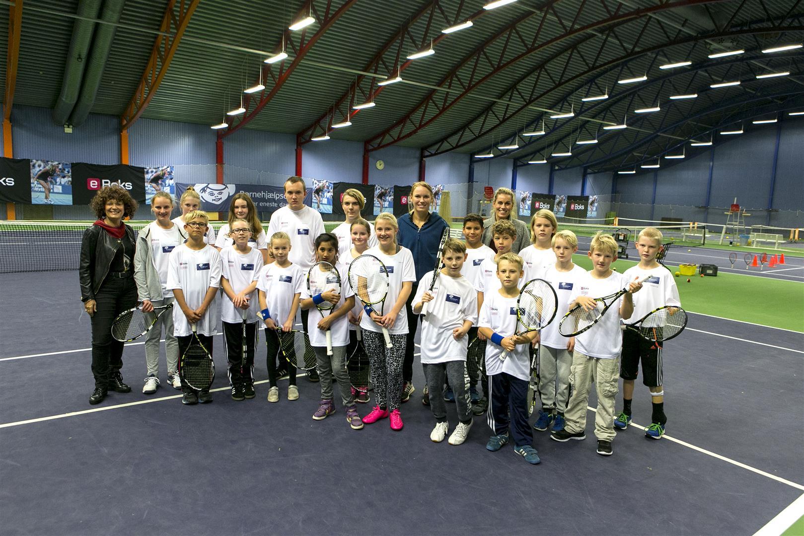 25 anbragte børn og var klar til at give den gas på tennisbanerne tirsdag eftermiddag KB-hallen sammen med verdensstjernen, Caroline Wozniacki - Foto: Kim Agersten