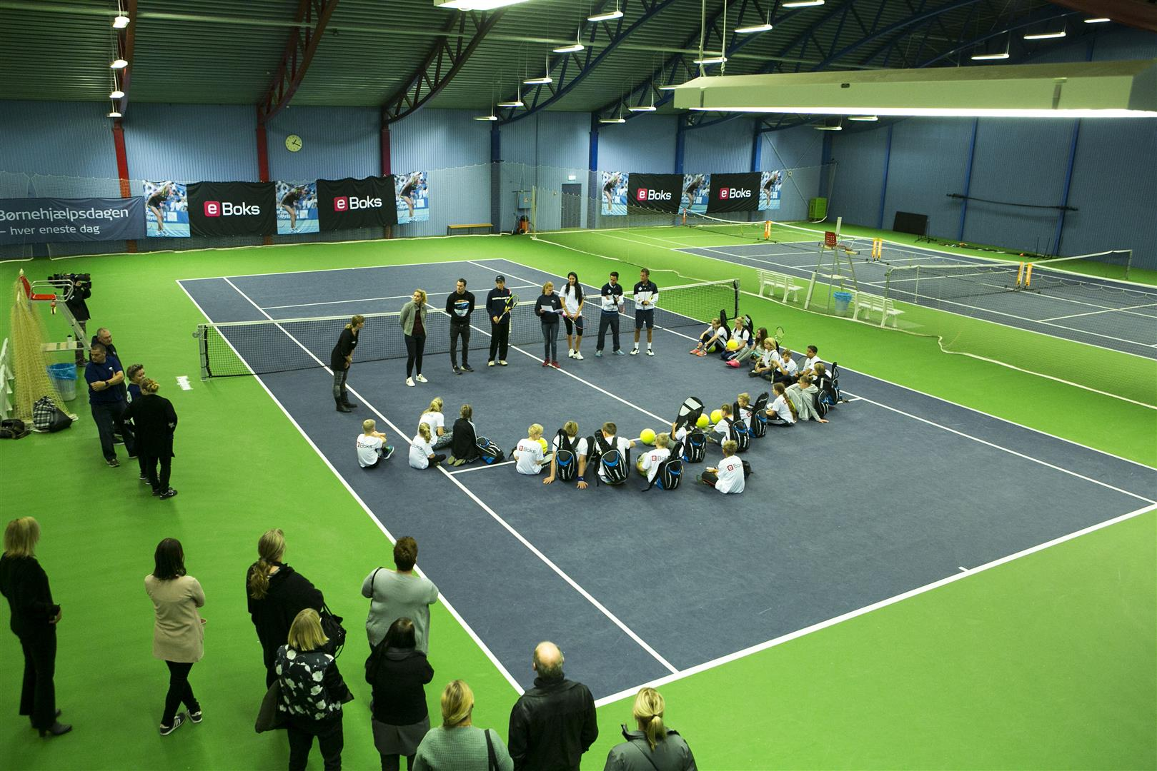 Stemningen var rigtig god i KB-hallen tirsdag, hvor 25 anbragte børn og unge mødte op for at prøve kræfter af med tennis - Foto: Kim Agersten