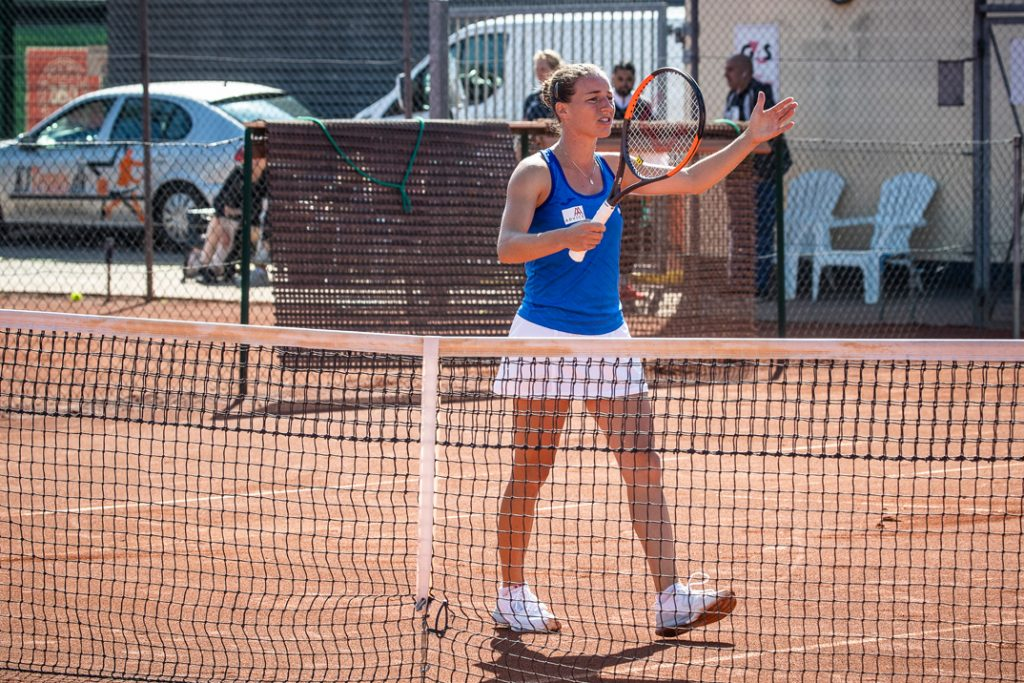 Karen Barbat viser hvor langt bolden var ude.