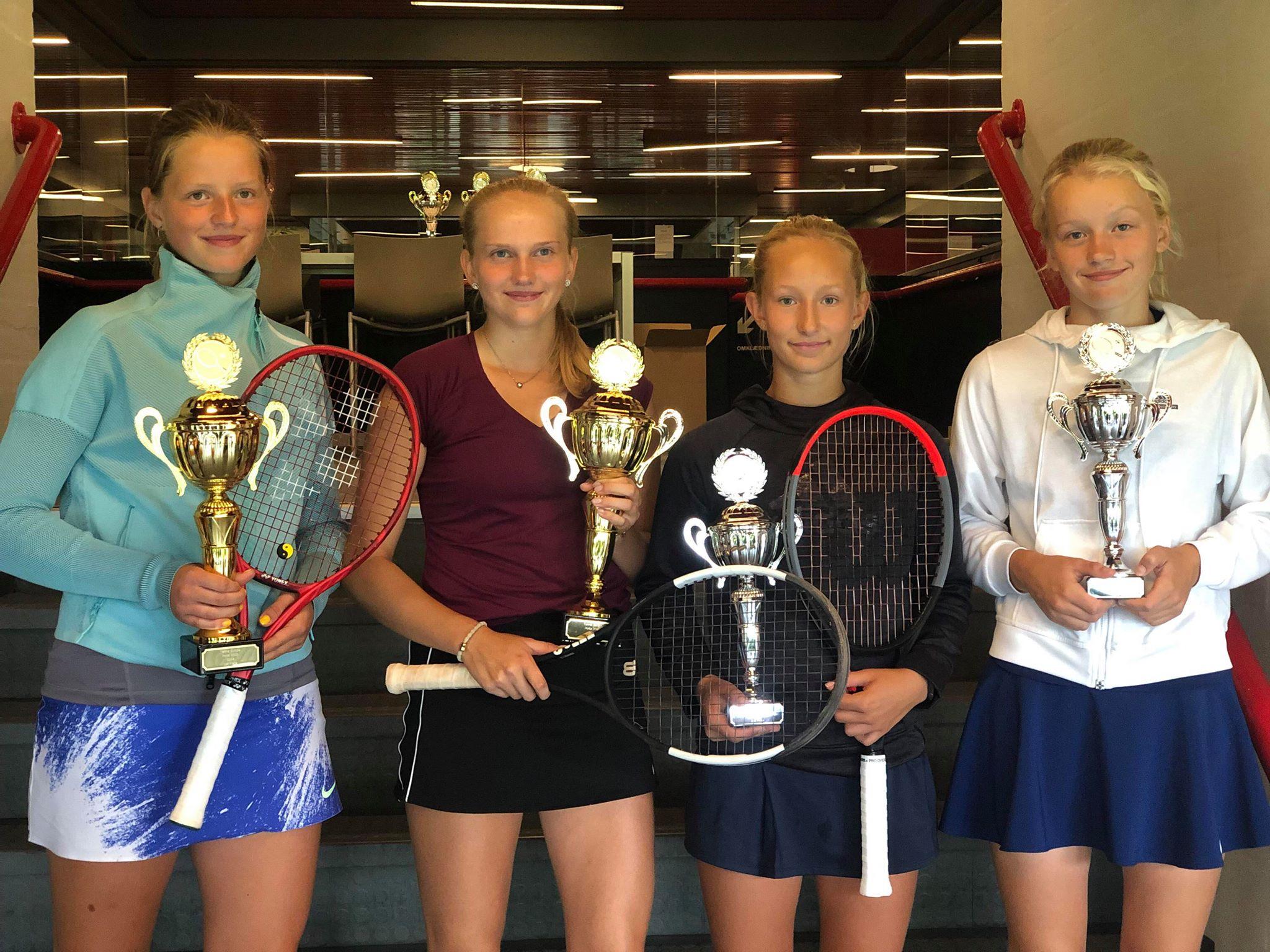 Zoe Du Pasquier Jensen, Emma Lindh og Laura Brunkel, Frederikke Alberte Pape