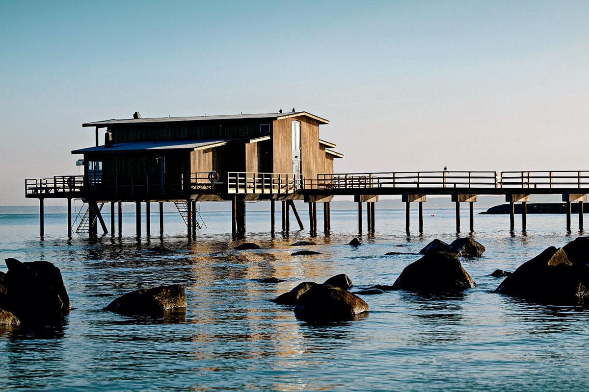Koldtbadehuset er et ikon for Hotel Skansen. Hop i det friske hav og varm dig efterfølgende i saunaen eller den japanske udendørspool med 38°.