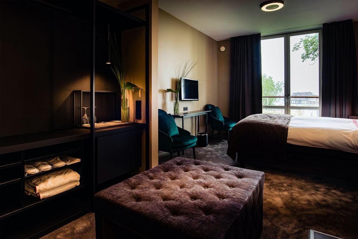 Alle værelser er indbydende og elegante. Der er badekåbe og tøfler på værelserne – tag gerne en dukkert i poolen, inden der dækkes op til morgenmad i Restaurant Sand.